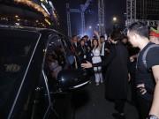 Xe ô tô được đặc cách vào phố đi bộ giải thoát Mỹ Tâm khỏi hàng nghìn fan vây quanh