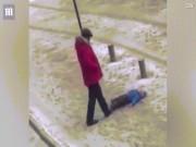 Kyrgyzstan: Con nhỏ nằm dưới đất, bố co chân đá không thương tiếc