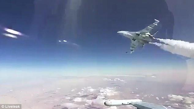 Đang lái Su-30, hoảng hồn thấy Su-35 bay sát nách - 1
