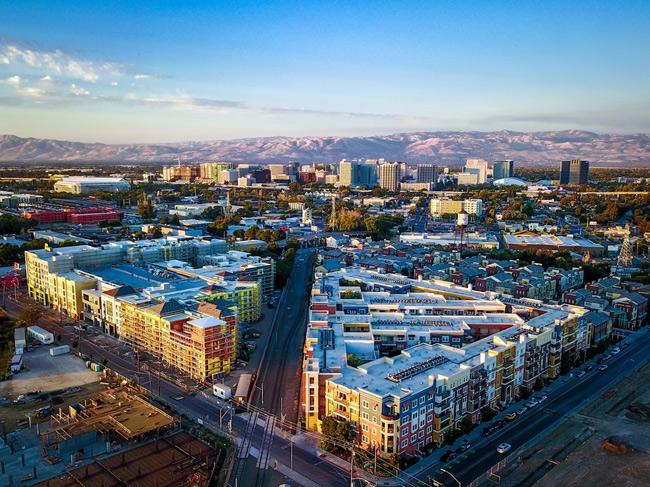 2. San Jose, California nổi tiếng là thành phố có thu nhập  khủng  đối với lao động có trình độ học vấn cao. Lao động có bằng cử nhân có thu nhập cao hơn 83% so với người không có bằng cấp. Lao động có trình độ sau đại học có mức thu nhập khoảng 34.000USD/năm (trên 770 triệu đồng/năm).