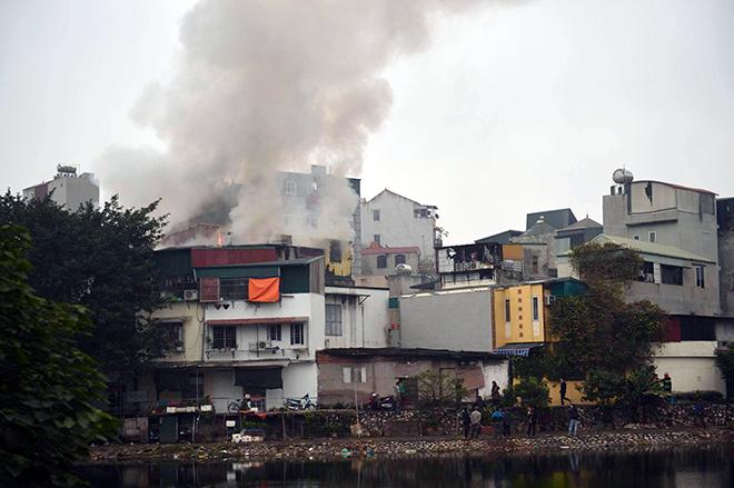 HN: Cháy lớn 3 ngôi nhà liền kề, cột khói bốc cao nghi ngút - 1