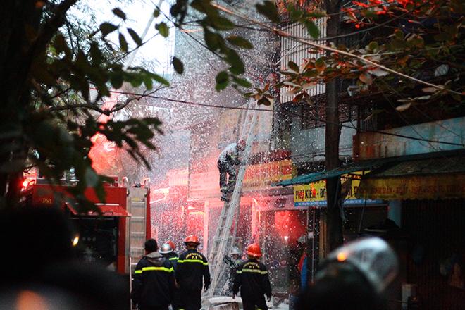 HN: Cháy lớn 3 ngôi nhà liền kề, cột khói bốc cao nghi ngút - 2
