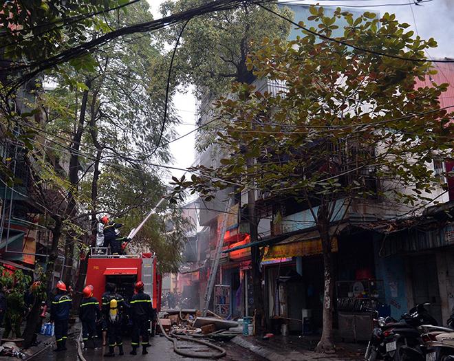 HN: Cháy lớn 3 ngôi nhà liền kề, cột khói bốc cao nghi ngút - 4