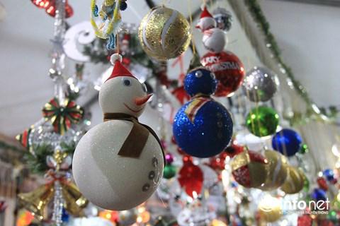 """Gần Noel, cây thông thật """"cháy hàng"""", đồ ngoại hút khách - 2"""