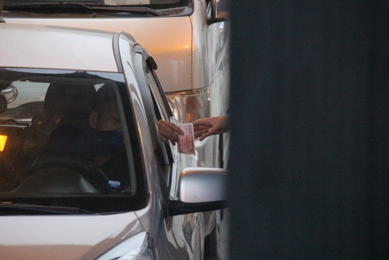 """Những """"chiêu độc"""" của tài xế qua trạm BOT quốc lộ 5 - 4"""
