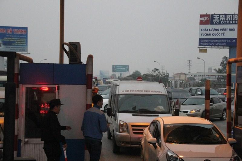 """Những """"chiêu độc"""" của tài xế qua trạm BOT quốc lộ 5 - 8"""