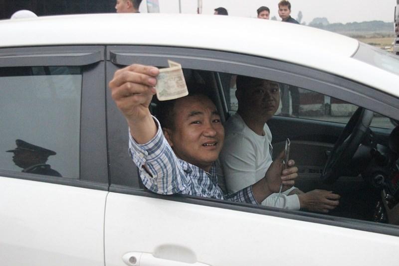 """Những """"chiêu độc"""" của tài xế qua trạm BOT quốc lộ 5 - 9"""
