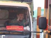 """Những  """" chiêu độc """"  của tài xế qua trạm BOT quốc lộ 5"""