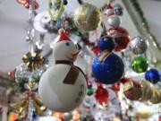 Gần Noel, cây thông thật  cháy hàng , đồ ngoại hút khách