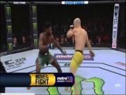 """Hãi hùng UFC: Cú lên gối đẹp nhất năm, đối thủ  """" méo mồm """"  nhập viện"""