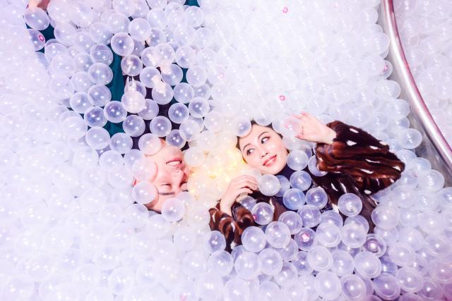 Choáng ngợp cây thông Noel trong suốt nằm trong quả cầu thủy tinh khổng lồ - 18
