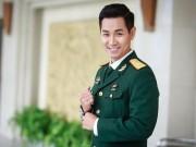 Nguyên Khang mặc trang phục sĩ quan dẫn gala Sao Nhập Ngũ