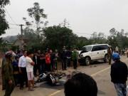 Xe máy đâm trực diện ô tô biển xanh, 3 người tử vong