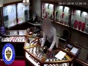 Video: 5 tên cướp Anh lao vào cửa hàng trang sức trấn lột 8 tỉ đồng