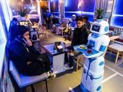 Cận cảnh robot bồi bàn đầu tiên ở Việt Nam