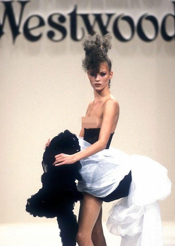 Clip Kate Moss ăn kem, bán nude trên sàn diễn năm 19 tuổi gây sốt - 4