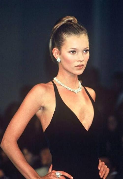Clip Kate Moss ăn kem, bán nude trên sàn diễn năm 19 tuổi gây sốt - 5