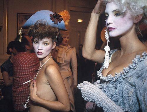 Clip Kate Moss ăn kem, bán nude trên sàn diễn năm 19 tuổi gây sốt - 2