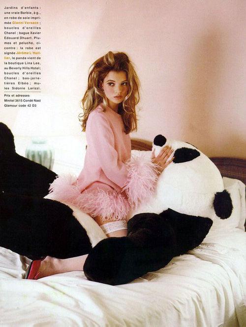 Clip Kate Moss ăn kem, bán nude trên sàn diễn năm 19 tuổi gây sốt - 7