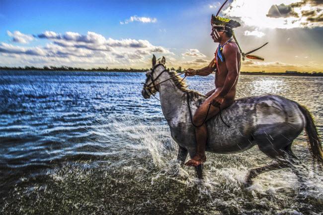 Lạ lùng bộ tộc thích nhảy trên cây và lặn dưới nước - 4