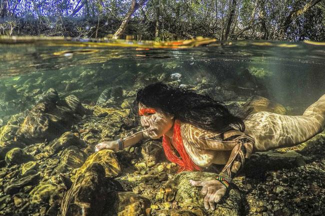 Lạ lùng bộ tộc thích nhảy trên cây và lặn dưới nước - 5