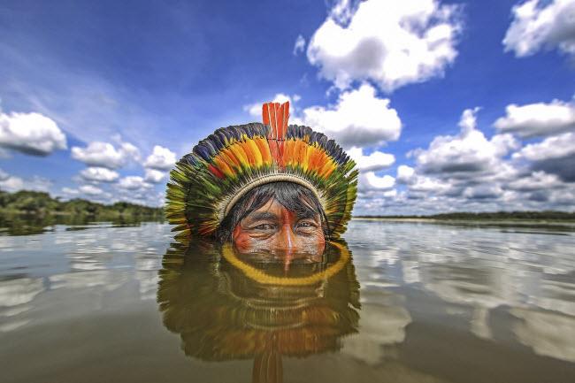 Lạ lùng bộ tộc thích nhảy trên cây và lặn dưới nước - 1