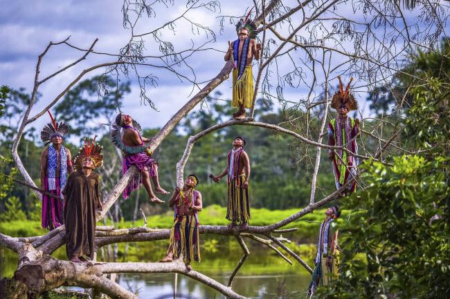 Lạ lùng bộ tộc thích nhảy trên cây và lặn dưới nước - 3