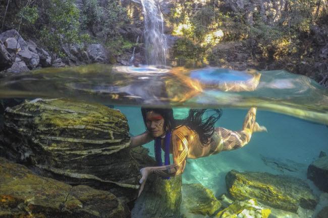 Lạ lùng bộ tộc thích nhảy trên cây và lặn dưới nước - 6
