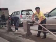 Hà Nội: Tài xế ô tô tháo dải phân cách cầu Thanh Trì để trốn CSGT