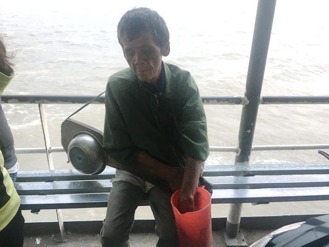 Lão mù đánh cây đàn kỳ dị trên dòng sông Hậu - 2