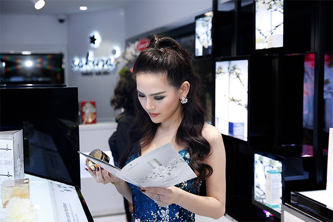 Phi Huyền Trang gợi cảm dự VIP Party showroom dược mỹ phẩm Sakura Nhật Bản - 5