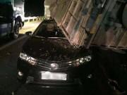 Xe tải lật ngang đè lên ô tô con trên cao tốc, 2 người bị thương