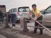 Phạt tài xế tháo dải phân cách cầu Thanh Trì, trốn CSGT