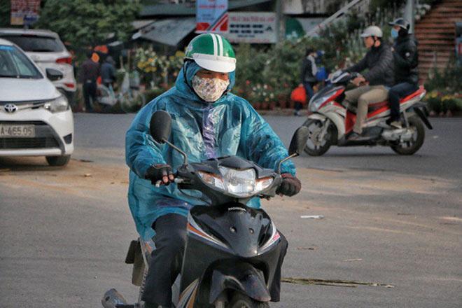 Người Hà Nội co ro trong đợt rét mạnh nhất từ đầu mùa - 2