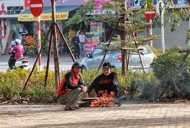 Người Hà Nội co ro trong đợt rét mạnh nhất từ đầu mùa - 14