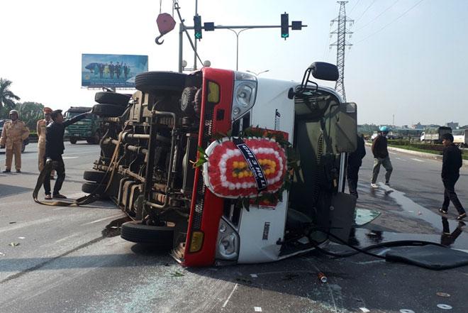 Xe Kia nát đầu, xe đi đưa tang lật ngang, 8 người bị thương - 1