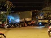 Tránh xe máy vượt đèn đỏ, xe tải tông sập tường chùa