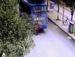 TQ: Cậu bé 8 tuổi bị xe bus cán qua người vẫn sống
