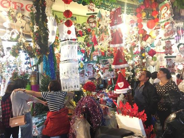 Cận kề Giáng sinh, cây thông Noel loạn giá - 3