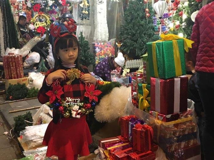 Cận kề Giáng sinh, cây thông Noel loạn giá - 4