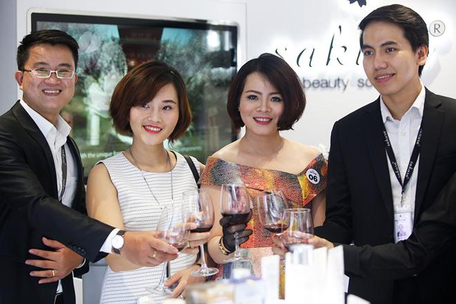 Phi Huyền Trang gợi cảm dự VIP Party showroom dược mỹ phẩm Sakura Nhật Bản - 9