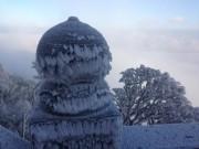 Băng tuyết phủ trắng Fansipan, du khách ngỡ như lạc vào mùa đông châu Âu