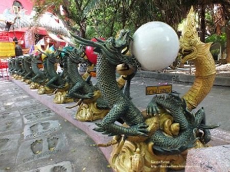 Kỳ lạ ngôi đền toàn rồng bao quanh ở Thái Lan - 2
