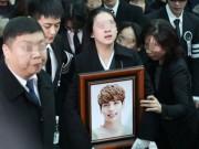 Đám tang trong nước mắt của ca sĩ Jong Hyun qua đời ở tuổi 27