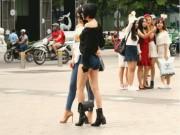 Sài Gòn trở lạnh, nhiều cô gái vẫn giữ thói quen ăn vận thoáng mát