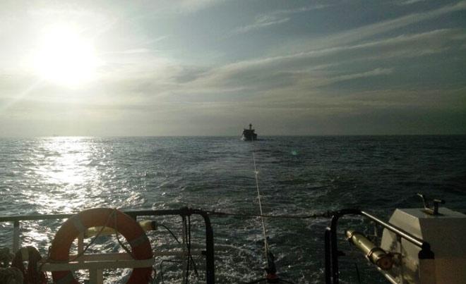 15 thuyền viên hoảng loạn, suy sụp giữa biển khi sóng cao 7m - 1