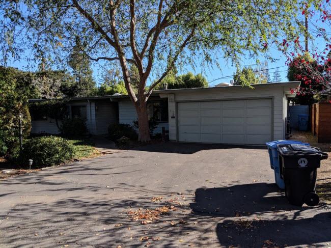 Vẻ bề ngoài của ngôi nhà 5 phòng tại số 819 đường  La Jennifer, không có dấu hiệu nào cho thấy nó có vai trò quan trọng trong lịch sử của Thung lũng Silicon.