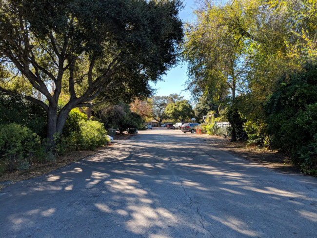 """"""" Ngôi nhà Facebook """" ,  nơi Mark Zuckerberg và các cộng sự sống vào mùa hè năm 2004, nằm tại khu dân cư yên tĩnh và nhiều cây xanh ở Palo Alto, bang California, Mỹ."""