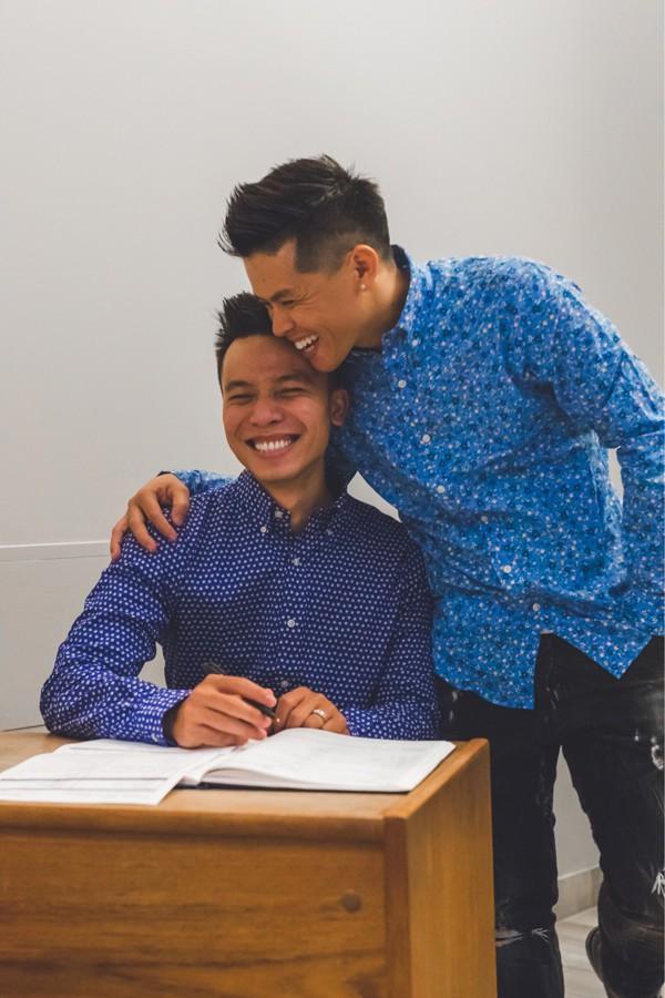 Nụ hôn John Huy Trần và bạn trai Nhiệm Huỳnh đốn tim cộng đồng LGBT - 5