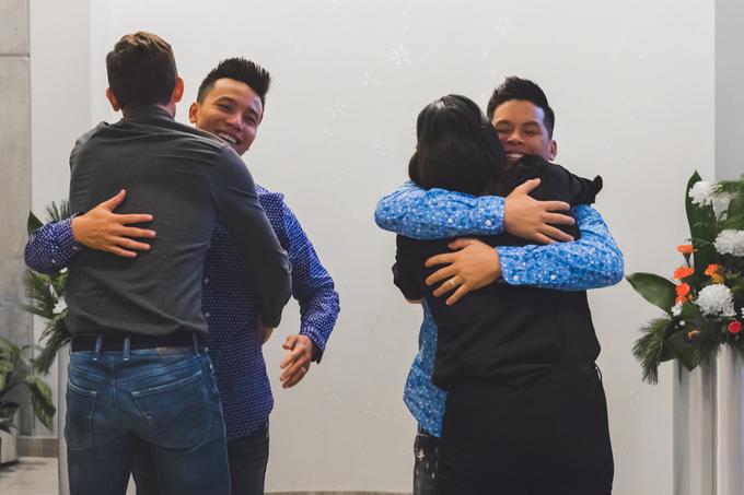 Nụ hôn John Huy Trần và bạn trai Nhiệm Huỳnh đốn tim cộng đồng LGBT - 7